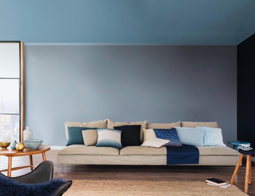 Серовато-синий цвет в интерьере гостиной