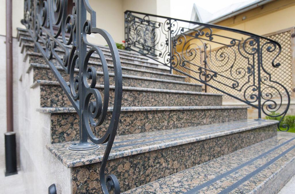 Гранитная лестница с коваными перилами
