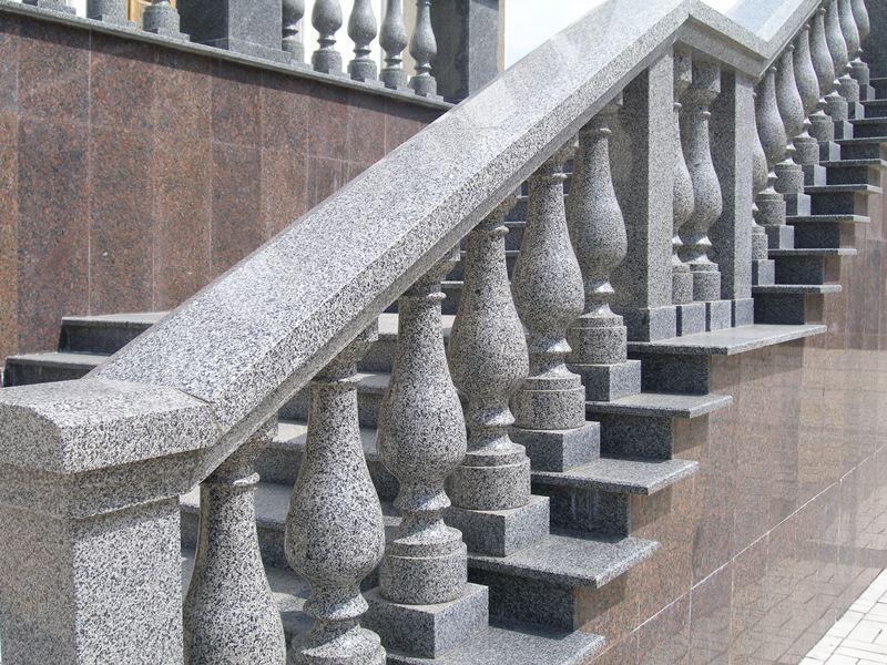 Гранитная лестница с перилами из натурального камня