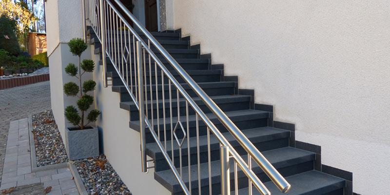 Гранитная лестница с перилами из нержавеющей стали
