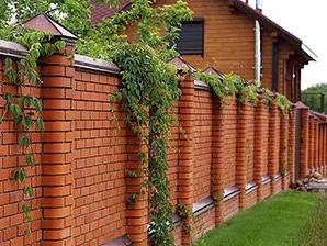 Кирпичный забор для загородного дома
