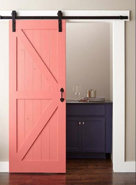 Яркая дверь в маленькой квартире