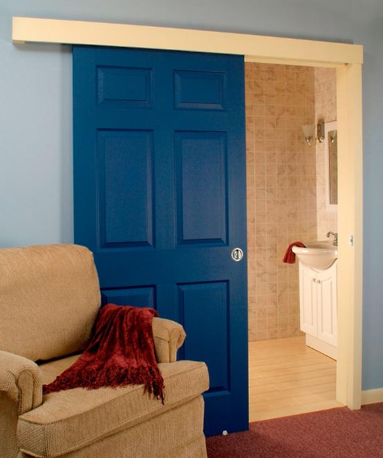 Акцентная дверь в малогабаритной квартире