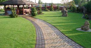 Укладка тротуарной плитки в саду